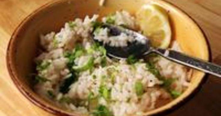 Cómo cocinar arroz como en Chipotle Mexican Grill. Cualquiera que haya comido en Chipotle Mexican Grill sabe que el arroz es un elemento clave que hace que la comida sepa tan bien. El arroz al cilantro y lima ofrecido en el restaurante es fácil de recrear en casa con unos pocos ingredientes frescos.