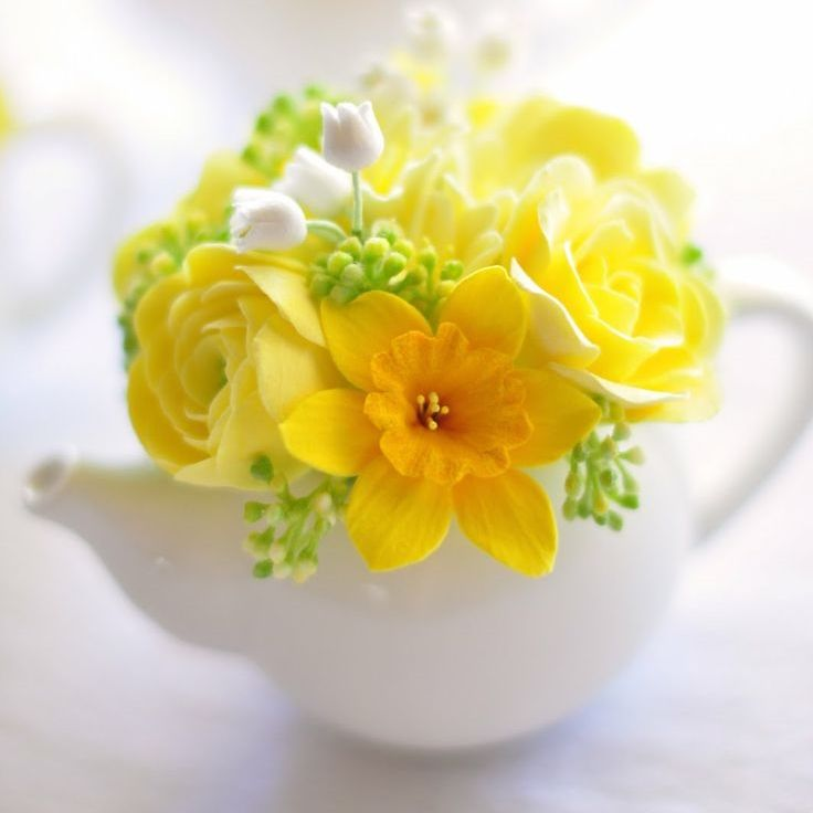 Daffodils & Yellow Flowers in Teapot - HOW TO WOW with these 9 DIY Simply Chic Spring Flower Arrangements — The Days of the Chic http://www.thedaysofthechic.com/blog/2015/3/24/diy-simple-chic-spring-flower-arrangements