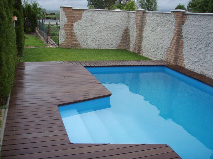 Bazén a jeho úprava okolia. Pre starší dom sa hodí vzhľad starého muriva.