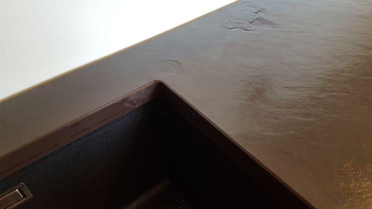 Top cucina in ardesia bordò piano naturale con lavello sottopiano e foro per fuochi ad induzione. Particolare lavorazione sottopiano.