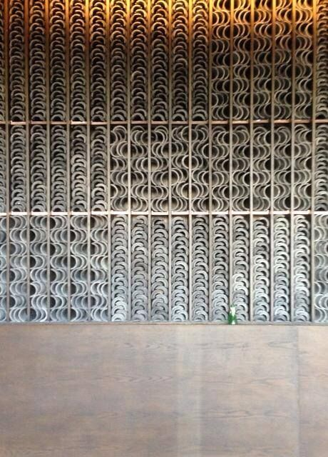 Incredible the aesthetic present in this wall screen design. So meticulous