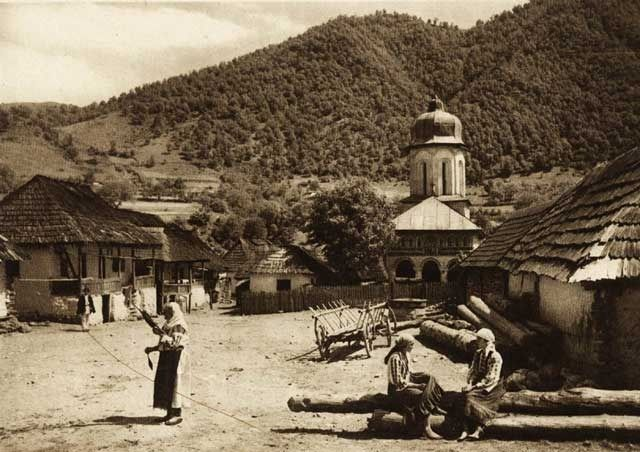 "Photos are taken from the book ""Romania: nature, buildings, folk life"" Kurt Hielscher , Leipzig, 1933, with a preface signed Octavian Goga.  -case-taranesti - case traditionale romanesti"