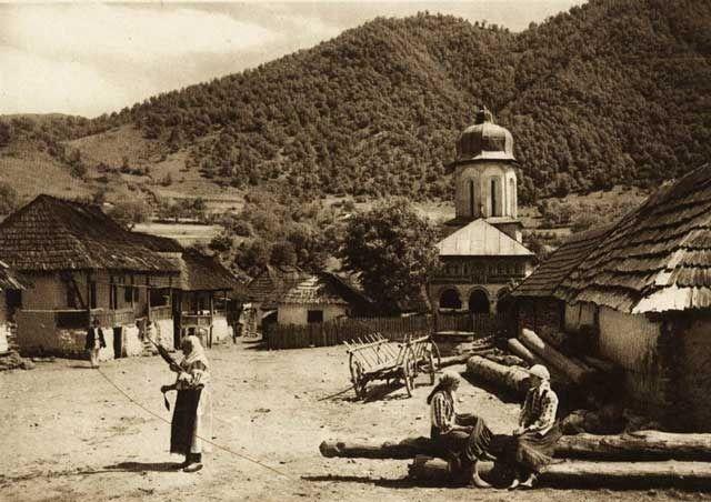 "Photos are taken from the book ""Romania: nature, buildings, folk life"" Kurt Hielscher , Leipzig, 1933, with a preface signed Octavian Goga.  -case-taranesti - case traditionale romanesti"