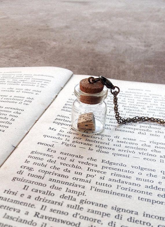 Collana libro in miniatura, Ciondolo bottiglia di vetro, Gioielli origami, Regalo per studente, Collana amanti dei libri,  Scultura di carta