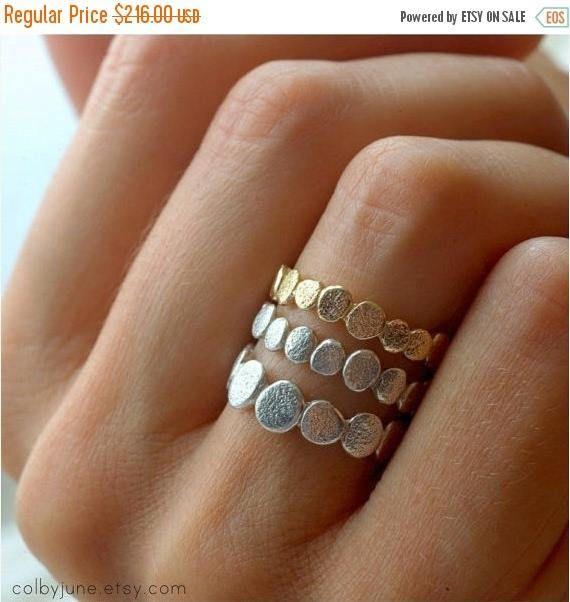 Deze ingewikkelde stapelen ringen zijn geïnspireerd door de organische vormen en texturen van gestapelde rivier rotsen. Deze set bevat een 14 karaats vergulde vermeil kleine pebble ring, sterling zilver kleine pebble ring en één sterling zilver grote pebble ring. Wij gebruiken hoogwaardige gouden plaat op sterling zilver voor 100-120ml. De plaat is 98% goud. De karat, wanneer wordt verwezen naar de beplating, geeft kleur niet percentage van goud. Vermeil is meer geel en helder dan massief…