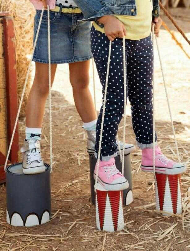 Sancos con botes de pintura