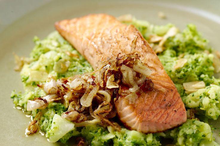 Een heerlijke combinatie, zalm en broccoli! Zoals in deze broccolistoemp met een sappig stukje gebakken zalmfilet erbij en een smakelijk sjalottensaus...
