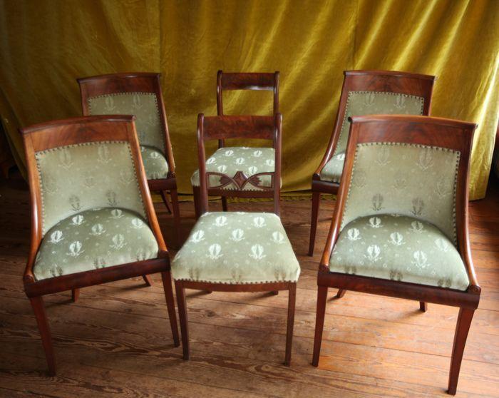 Een set van vier Empire mahoniehouten fauteuils en gondole - en een paar Biedermeier mahoniehouten stoelen - Nederland - eerste helft 19e eeuw  Set van 4 antieke mahoniehouten Empire stoelen met groen velours stoffering. 2 bijpassend gestoffeerde mahoniehouten Biedermeier stoelen.maat Empire stoelen 88x53x50. hoogte zitting 50maat Biedermeier stoelen 89x47x45. hoogte zitting. 49 cm.De stoffering is zonder beschadiging en in goede staat...Alles gepolitoerd en gerestaureerd...  EUR 975.00…