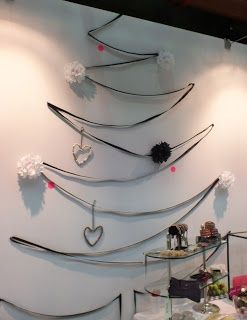 christmas tree with ribbon & pompoms & more ideas for alternative christmas trees on my blog: http://www.soyz-blog.blogspot.nl/2012/12/kerstboom-zonder-naalden-christmas-tree.html