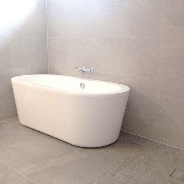 Instagram media by eidehuset - E n d e l i g  badekar ✔️ #nytthus #myhome #eidehuset #baderom #bathroom #vikingbad #kjemseg #skandinaviskehjem #tipstilhjemmet #inspirasjon #interiorforyou #bad #kundusjvegganeigjen