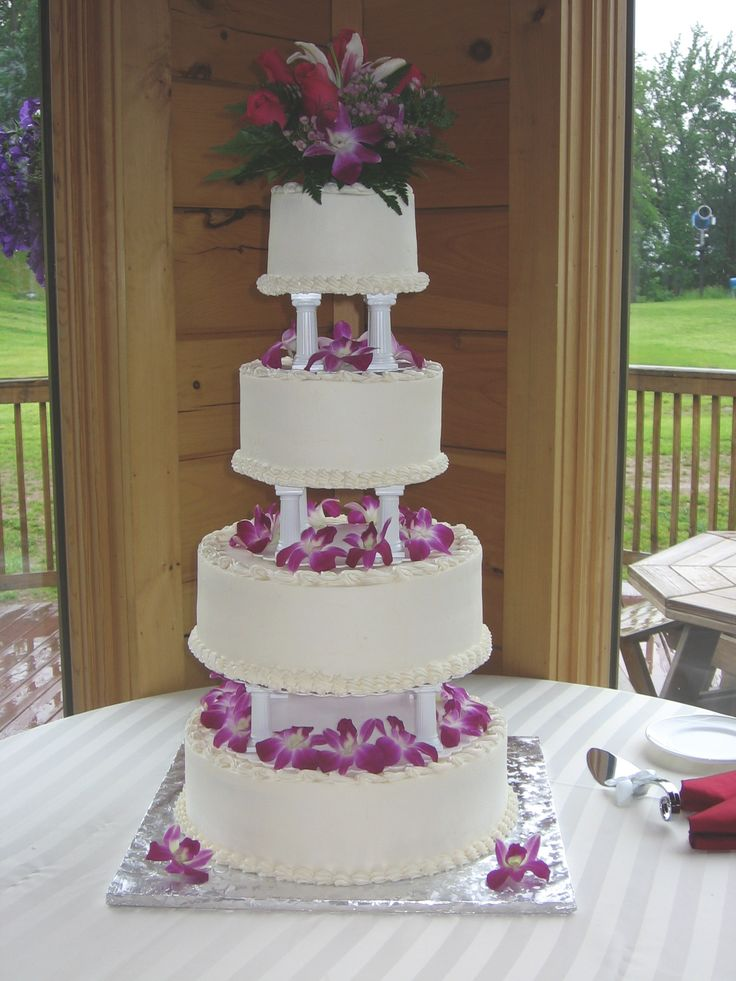 how to do a tiered wedding cake 4 tier buttercream wedding cake with pillars 15711