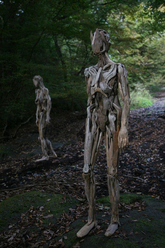 1953年山梨県出身のアーティスト岩崎永人さんは流木を使って人型のオブジェを制作しています。様々なフォルムをした流木を組みわせ、自立した人型になっています。 森や林、廃墟のような場所にあるこれらのオブジェは有機的なフォルムをした流木により、新たに生命を得たようで、とても不思議な存在感があります。 The Art Works of Nagato Iwasaki 1983-2015         骨や内臓が表現されている作品も魅力的。素材となる流木を探すのが大変そうではありますね。          作品集も発売されていますので、ご興味のある方は是非!以下レビューの抜粋となっています。 本の装丁に登場している流木の人体像を新潟の「大地の芸術祭」で初めて見たとき、私の中では、流木が合わさって形成されている美しい人体の形に感動するというよりは、ひとつひとつの流木が人の手によって人間の形になっていることに、違和感を覚えた。…
