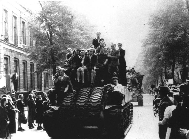 5.8.1945 - On May 8, 1945 tanks were back on the Plantage Middenlaan in Amsterdam. Unlike five years ago the citizens of Amsterdam celebrate the entry of the Canadian liberators into the relieved city. #worldwar2 #Amsterdam