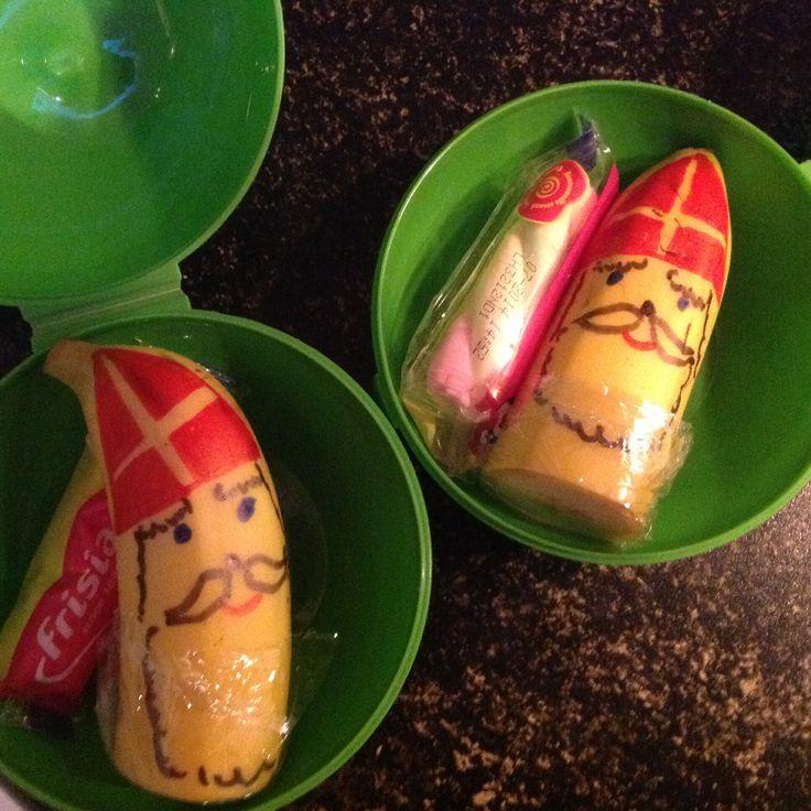Sinterklaasbananen! Eenvoudige fruittraktatie: snij een banaan doormidden en teken op beide helften een Sinterklaas met viltstiften. Ik heb er een spekje bij gedaan dat ze gisteren van zwarte piet kregen, maar dat hoeft natuurlijk niet...