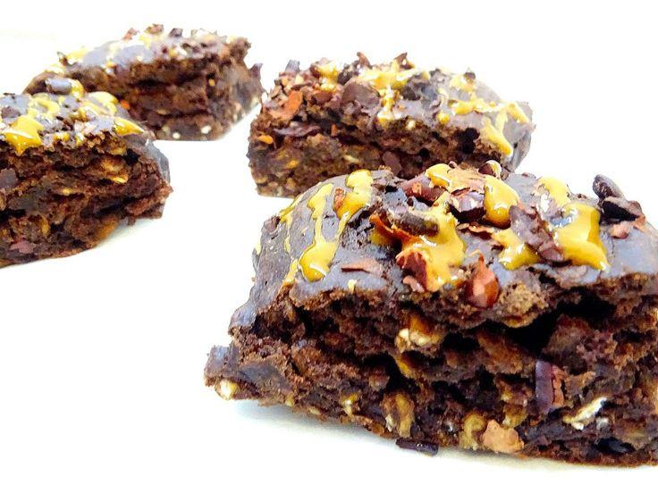 BARS AVENA BANANA E CIOCCOLATO   2 banane  1 cucchiaio di stevia  1 cucchiaino di aceto di mele  40 gr di fiocchi di avena  100 gr di farina di avena  25 gr di cacao  20 gr di proteine gusto vaniglia ( facoltativo)- io vegan al cioccolato morbido myprotein  1/4 cucchiaino di sale rosa dell'hymalaia  30 gr di pennini di cacao myprotein / fave sbriciolate  2 cucchiai (circa 40 gr) di burro di arachidi  5 gr di bicarbonato  latte di mandorla 50 gr  x il topping : burro di arachidi o di nocciole