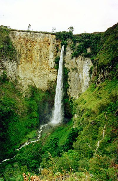 Sipisopiso waterfall near the north edge of lake Toba. Sipisopiso means sharp knife.