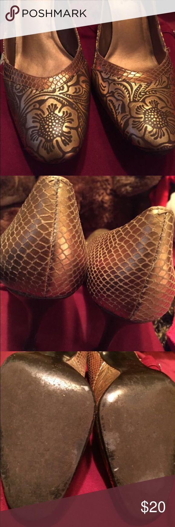 Carlos Santana Gold Floral Pumps Size 8 M Heels Carlos Santana Gold Floral Pumps Size 8M High Heels Carlos Santana Shoes Heels