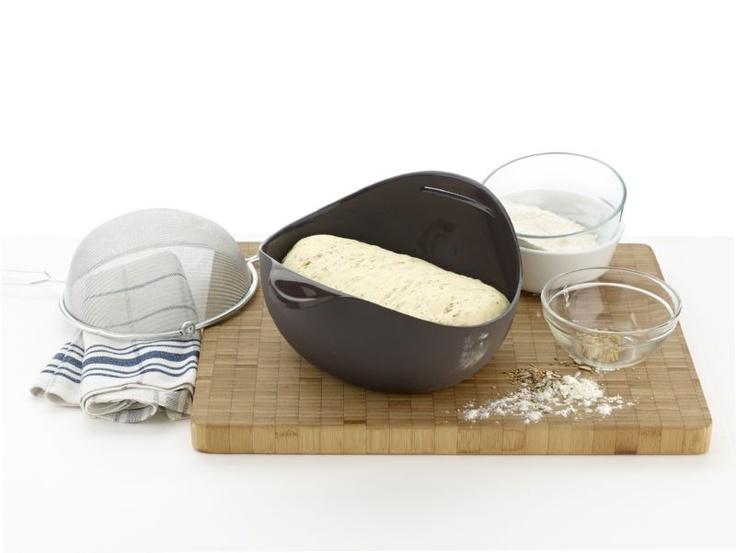 http://www.aledobre.pl/9036,Naczynie_silikonowe_do_wypieku_pieczywa_Bread_Maker_XXL_brazowy_Lekue.html Unikalny kształt częściowo zamkniętej misy umożliwia parze wodnej cyrkulację podczas pieczenia, czyniąc ciasto odpowiednio wilgotnym i zapobiegając wysychaniu chleba.