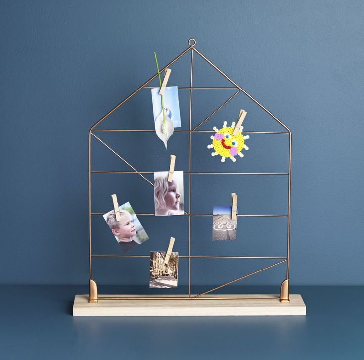 Cu avizierul DITMAR din lemn și sârmă îți poți expune fotografiile preferate sau mesajele pe care vrei să le lași membrilor familiei. | JYSK