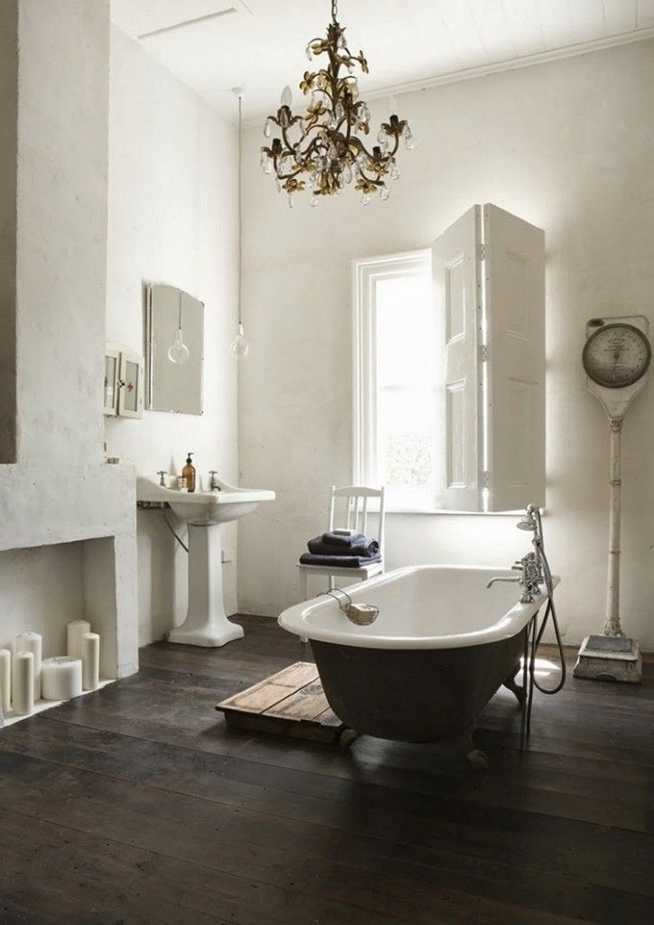 Traditionele badkamer | klassiek | kroonluchter | wit | houten vloer - Makeover.nl