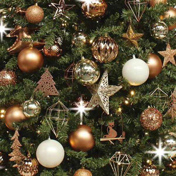 De Graphic Copper is een echte design boom, gedecoreerd in de trendkleur van dit jaar, koper! Geometrische vormen en draadstructuren geven deze boom een moderne, grafische look. De trend koper komt goed tot zijn recht in de wintermaanden. Want hoe koud het buiten ook is, binnen maakt koper het met zijn warme kleur en gemoedelijke uitstraling heerlijk warm en gezellig. Op zoek naar een chique, industriële look? Met deze boom haalt u een glossy kerst in huis!