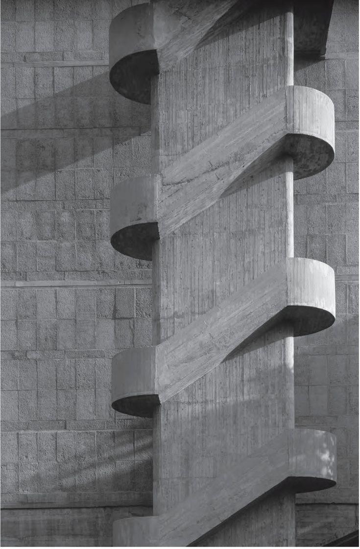Après une longue période pendant laquelle ce style architectural a été méprisé le brutalisme avec son béton sans fioritures et avec ses formes répétitives, utilitaristes et imposantes revient dans l'air du temps. Peter Chadwick rend hommage à des bâtiments iconiques de ce style mais aussi à des interprétations plus modernes dans un livre richement illustré …