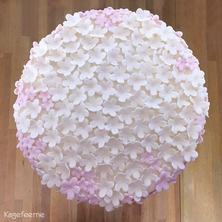 White and pink flowers cake for confirmations - Hvid og lyserød blomster kage til konfirmation