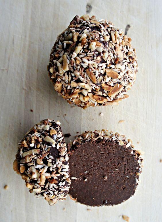 Sundere chokolade-trøfler – opskrift Én af mine yndlingsopskrifter er sundere chokolade-trøfler. De er fri for gluten, hvidt sukker samt laktose – og så er de proppet med sunde, nærende ingredienser såsom dadler, rå kakaopulver, chokoladeovertræk og ristede, hakkede mandler ♥♥♥