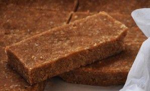 Nepečené snídaňové tyčinky ze 4 ingrediencí