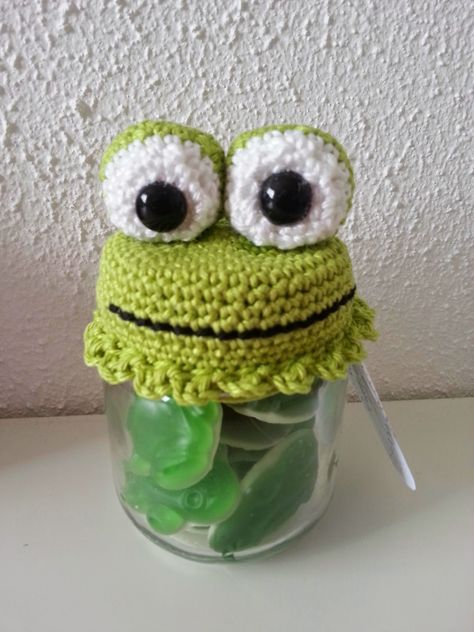 Frog candy jars. I really love this one, so cute (Pattern is Dutch)