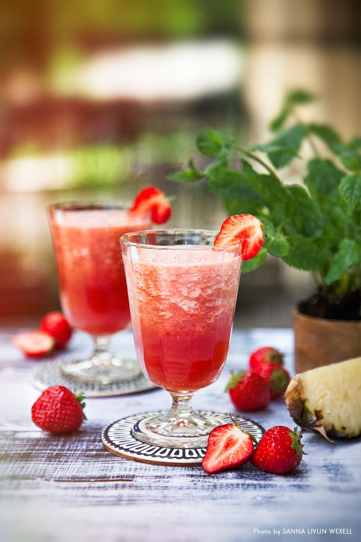 Strawberry Bradshaw. A magic fresh juice on strawberries, pineapple, apple and mint leaves. Recipe: Mari Bergman, Photo & Styling: Sanna Livijn Wexell.