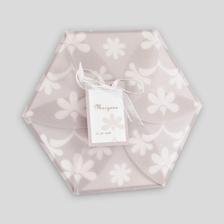 Faire-part de naissance hexagone avec dessin fleuri en mauve ton-sur-ton