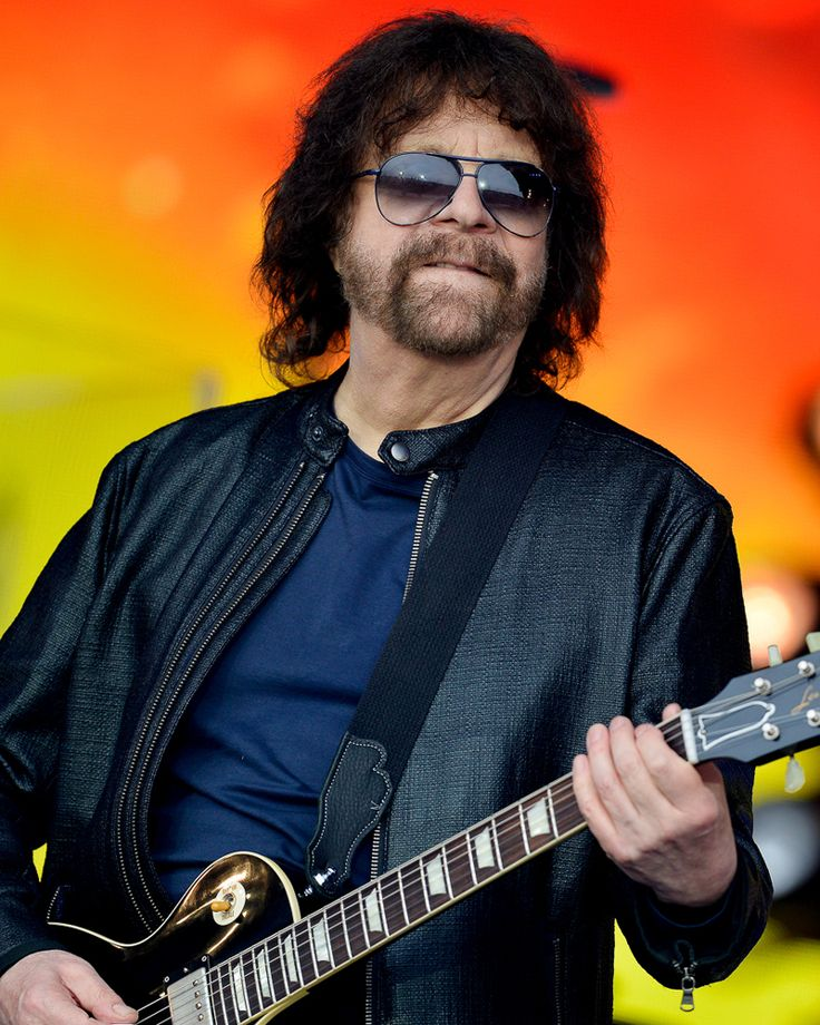 Jeff Lynne's ELO play the 'legend' slot on the Pyramid Stage at Glastonbury Festival 2016 - previously occupied by such music legends as Dolly Parton and Lionel Richie: http://www.bbc.co.uk/news/entertainment-arts-36635481 #guitarheroes #rockgod