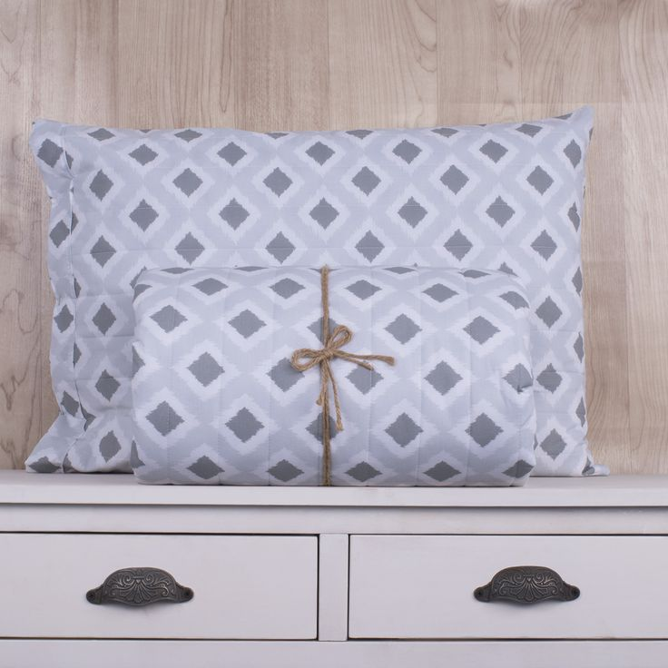 Quilt de 200 hilos, diseño Ikat gris. Contiene una sábana ajustable, sábana superior y fundas de almohadas. Colección Indira.