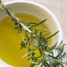 Il potere degli oli essenzialiUn ingrediente top per la tua tisana invernale sgonfiante è il rosmarino. Pianta aromatica semplicissima da reperire, anche al supermercato in rami, e da coltivare sul b