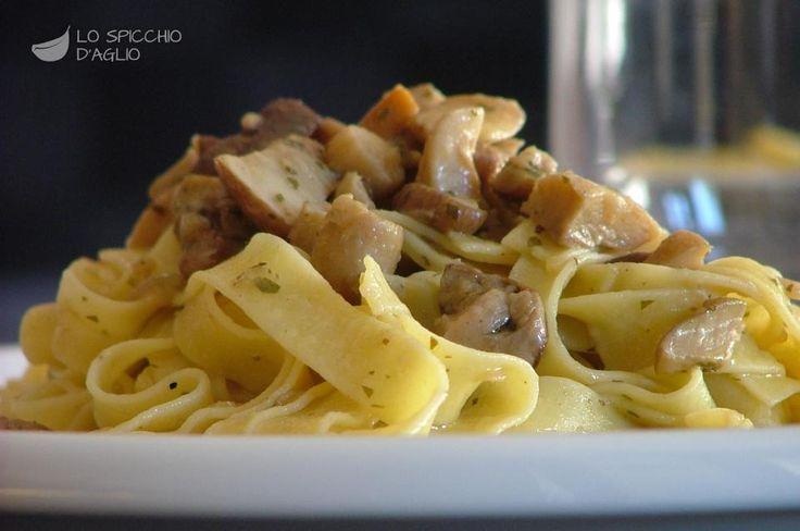 200 g di funghi porcini 4-5 rametti di prezzemolo 1 scalogno 1 cucchiaio d'olio extravergine di oliva 100 ml di vino bianco secco sale 250 ml circa di brodo vegetale 120 g di tagliatelle all'uovo pepe