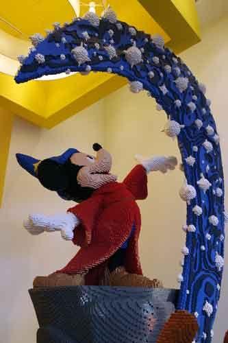 Tout le monde connaît DisneyLand Paris mais avez-vous déjà passé une soirée au Disney Village ? Entre boutiques et restaurants tout l'univers féerique vous accompagne
