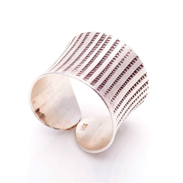 Fino y favorecedor anillo boho style de plata de 1ª Ley y graduable en la medida. Unidades únicas y exclusivas en tendencia del estilo Boho chic.