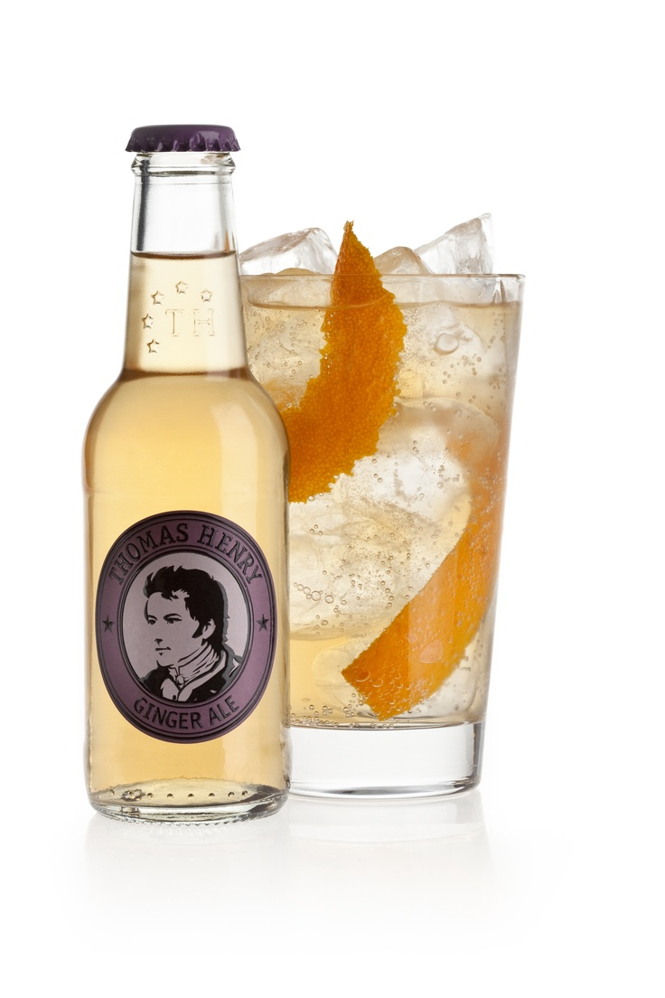 HORSE'S NECK ~ 5 cl Maker's Mark Bourbon,  2 Dashes Angostura Bitters, 15 cl Thomas Henry Ginger Ale, Orangenzeste