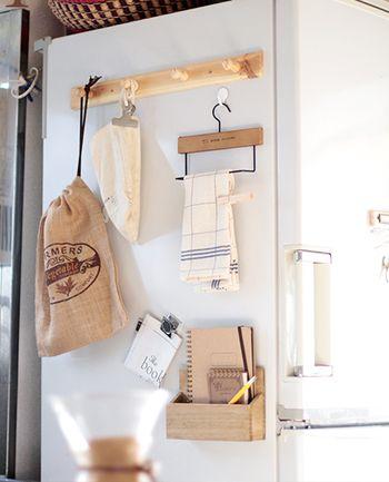 冷蔵庫の側面を利用して収納スペースに! フックや小物もほとんどセリアでまとめてあります。 とても100円に見えないですよね。