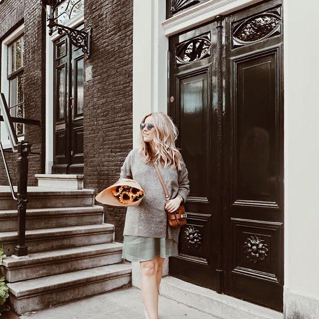 Voordeel van de aankomende herfst? 🍂 Pumpkin spice lattes en dikke truien 💛 Maar nu eerst even 10 dagen babymoonen in Malaga en Valencia! 🙋🏼 #doei #ootd #outfit #wiwt #halloherfst