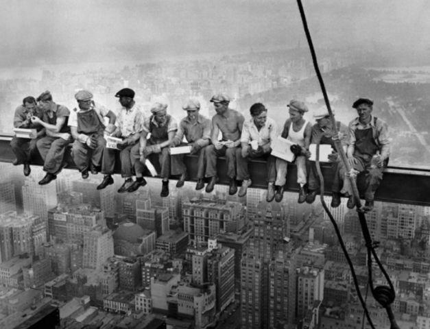 """""""Almuerzo en la cima de un rascacielos""""  Esta fotografía fue tomada (supuestamente) durante la construcción del edificio GE en el centro Rockefeller. Son un grupo de obreros almorzando en una viga transversal a gran altura. Al fondo se puede apreciar el Central Park.   Año: 1932  Lugar: New York, EE.UU.  Fotógrafo: Charles C. Ebbets"""