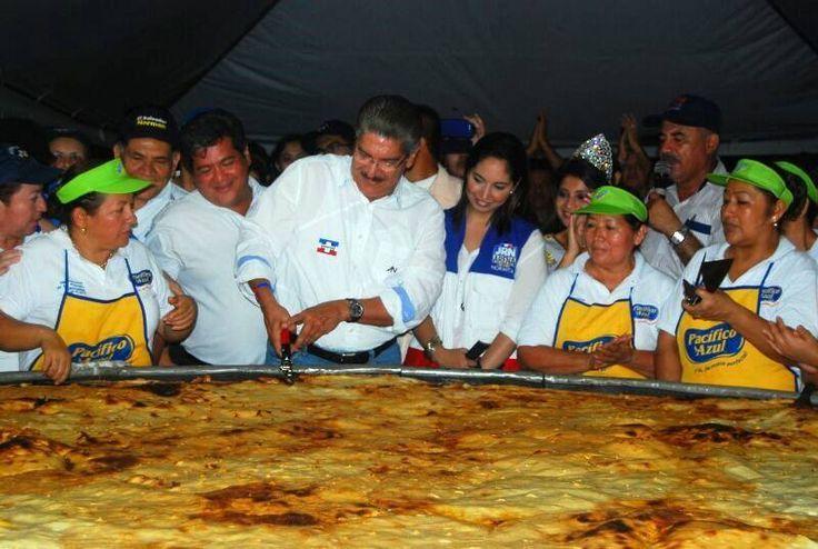 Norman Quijano futuro presidente de El Salvador celebrando el día nacional de las pupusas en Olocuilta.