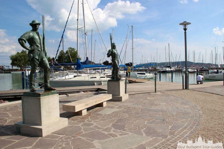 Balatonfüred, avec quelques jolies villas appartenaient autrefois aux aristocrates, est aujourd'hui l'un des centres des activités modernes de la plage, et d'une vie nocturne animée.Tour au lac Balaton en Hongrie: http://bestbudapesttourguides.com/fr/choisir_un_guide-page-3/katalin_zoesomfai-guide-31/