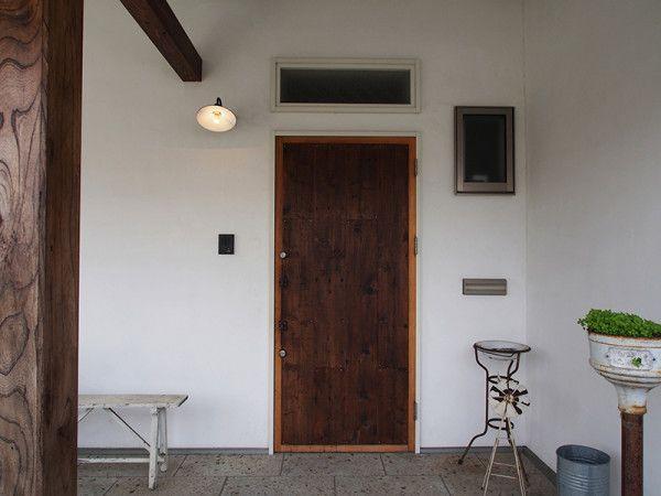 ドアの存在感を引き立てつつ、玄関のワンポイントに。