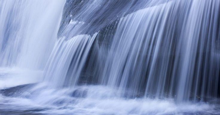 Cómo calcular el flujo de agua. El cálculo para determinar el caudal de agua es Cantidad = Velocidad x Área. Esta fórmula sirve para determinar cuánta agua está fluyendo a través de una tubería o una corriente. Muchos granjeros necesitan conocer cuánta agua está atravesando el lecho de un río a cada momento para que el agua pueda ser utilizada para crear generadores de energía o ...