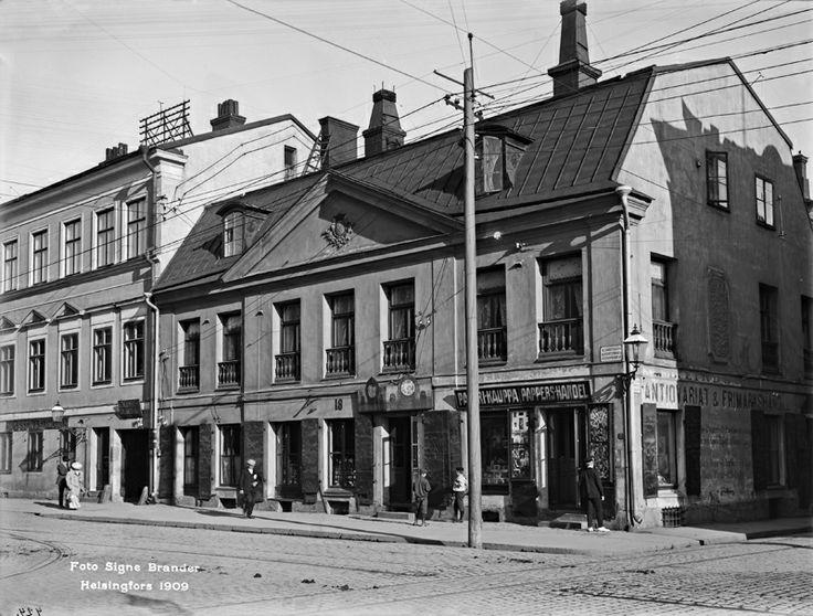Signe Branderin vuonna 1909 ottamassa kuvassa Sederholmin talon alakerrassa on erilaisia liikkeitä. Marraskuussa 2012 kaupunginmuseo avasi talossa Lasten kaupungin, joka on tähän mennessä kerännyt yli 90 000 kävijää. Kuva: Helsingin kaupunginmuseo / Signe Brander