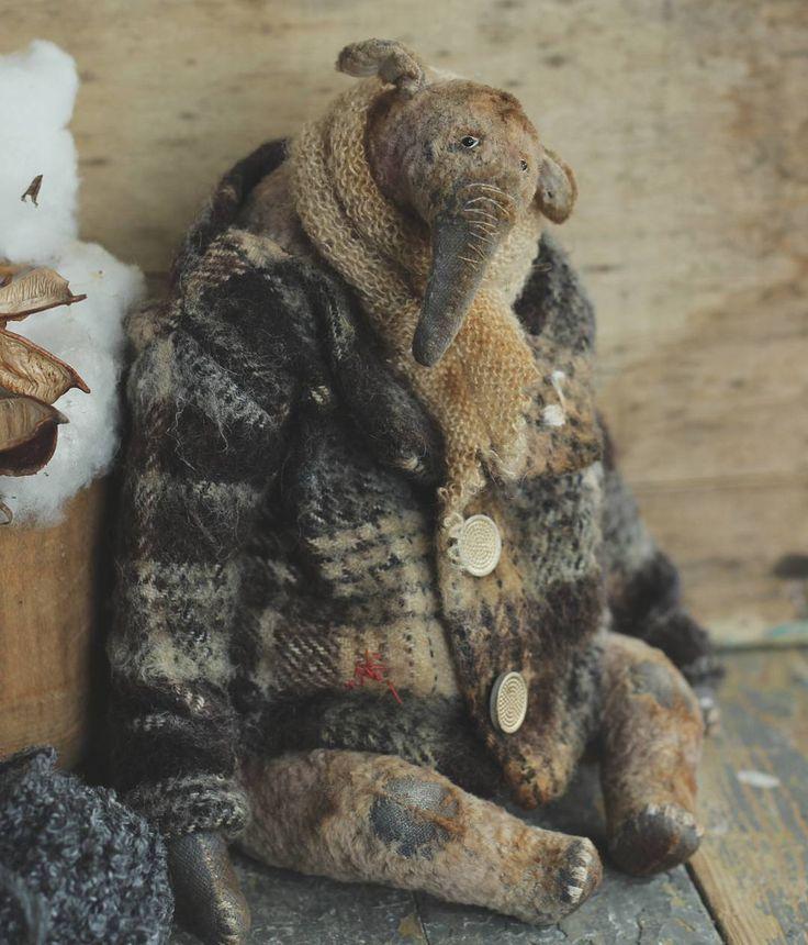 Слон ищет дом.  Рост 26 см,сидя 19 см.Только сидит.  Сшит из винтажного плюша с плотной основой теплого серого цвета и коротким матовым ворсом сложного светлого розовато-серого цвета.  Набит сухими опилками,древесной шерстью и гранулятом.Мягкотелый.5 шплинтов.  Пальто шерстяное,состарено, снимается.  Стоимость 8800 руб + пересылка.  Чтобы купить слона,дайте знать под этим фото.Так и пишите-хочу купить или что-то в этом роде.Если желающих до 13.00 будет больше одного-я присвою номерки и ...