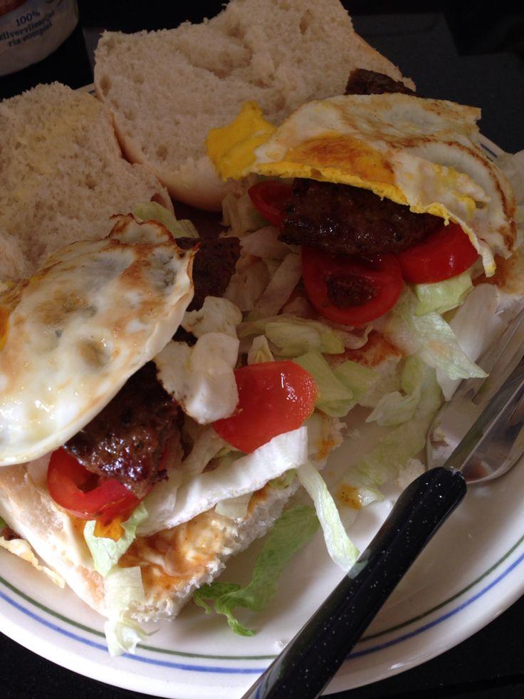 Broodje hamburger met bifteki kruiden