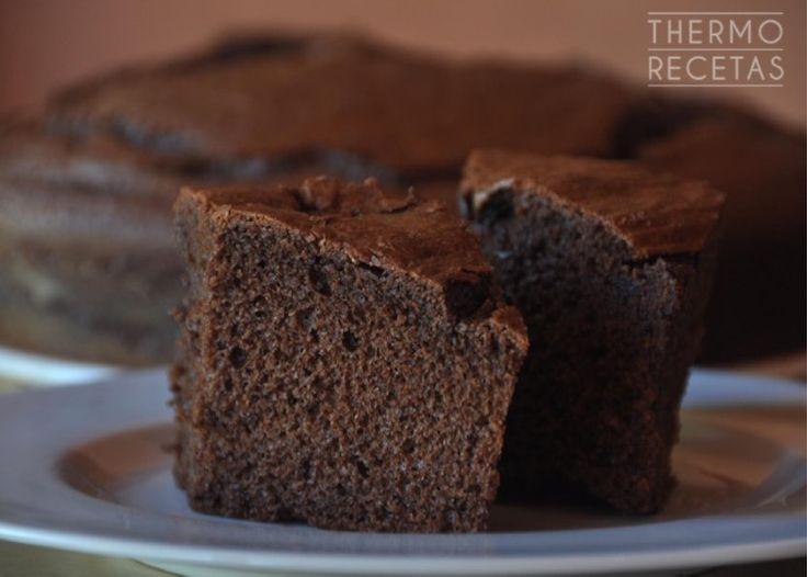 Bizcocho de chocolate sencillo, con mucho sabor perfecto para meriendas o desayunos. Se prepara en poco tiempo gracias a la ayuda de nuestra Thermomix.